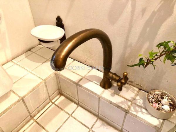 洗面所に設置された真鍮製水栓蛇口