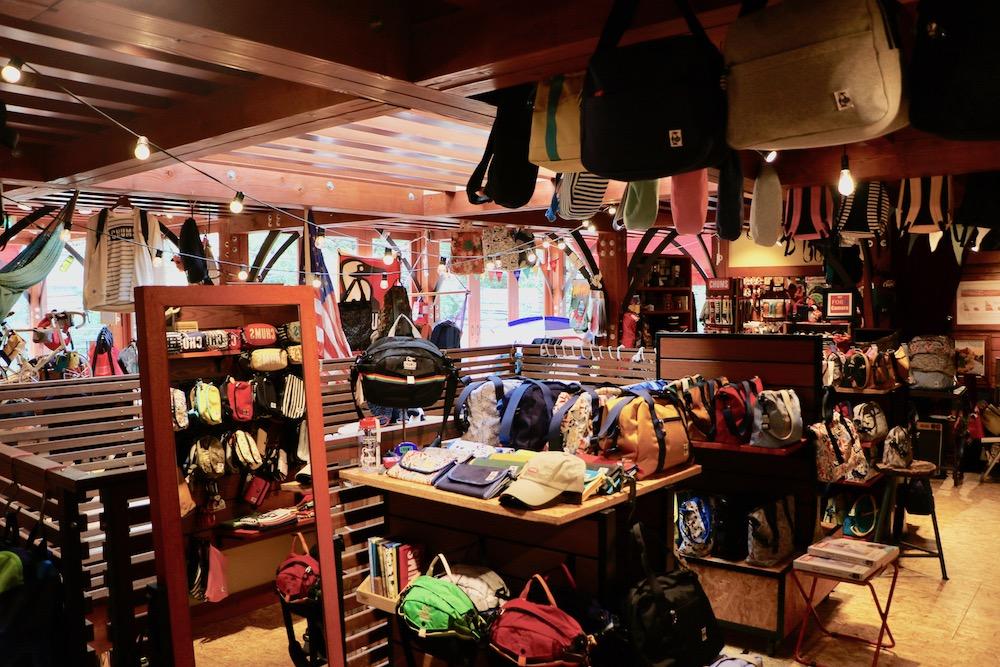 店内にはオシャレなバッグやリュック、アウトドアアクセサリーが素敵に配置されている。
